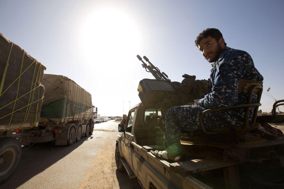 Un miliciano en un vehículo militar en un control de Abugrein, la localidad más cercana al feudo yihadista de Sirte.