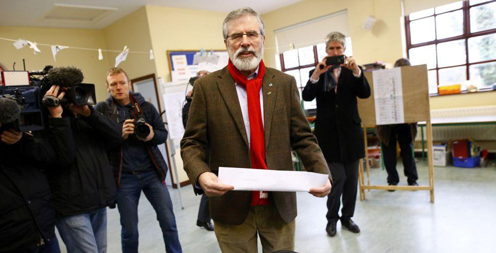 Gerry Adams vota en Ravensdale.