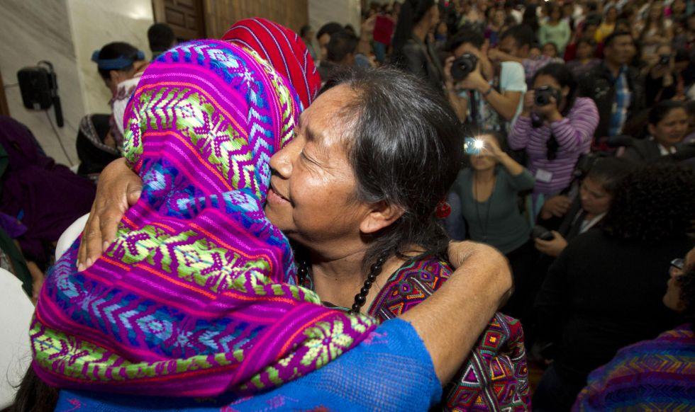 La activista de derechos humanos Rosalina Tuyuc se abraza a una de las víctimas tras conocerse el fallo en Ciudad de Guatemala.