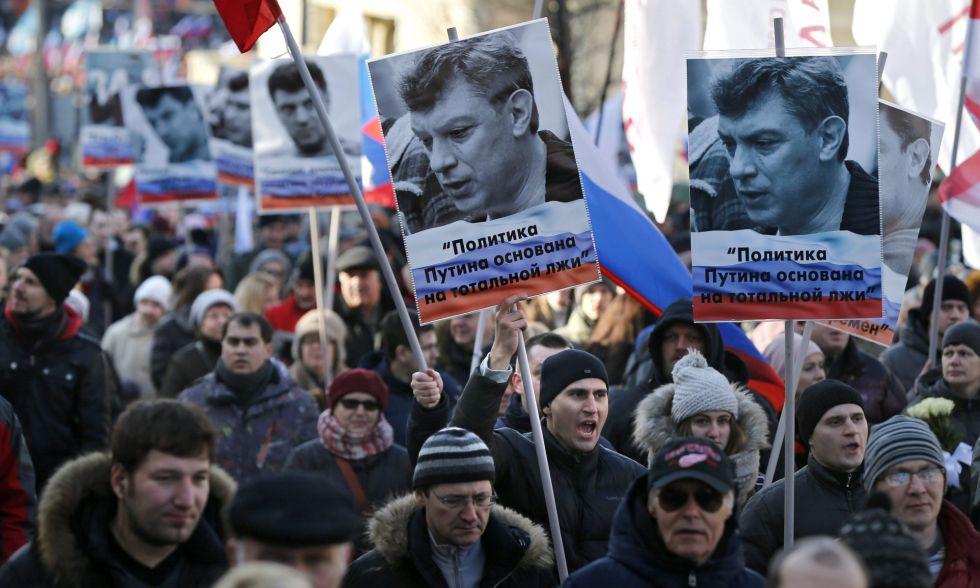 Manifestantes con carteles en recuerdo del opositor asesinado Boris Nemtsov este sábado en Moscú.