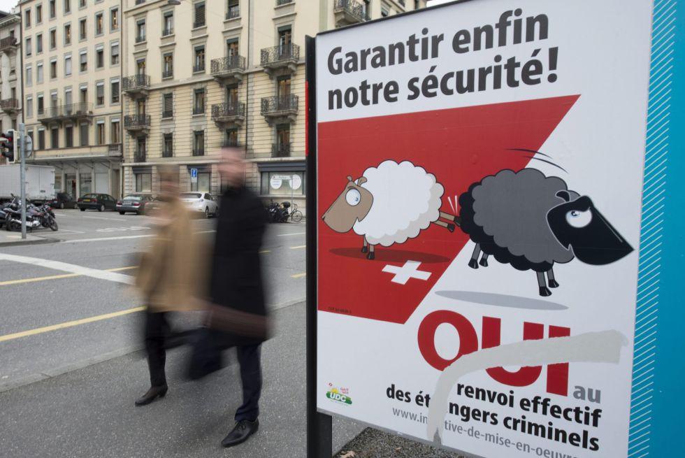 Un cartel de la campaña de la derecha populista en una calle de Ginebra.