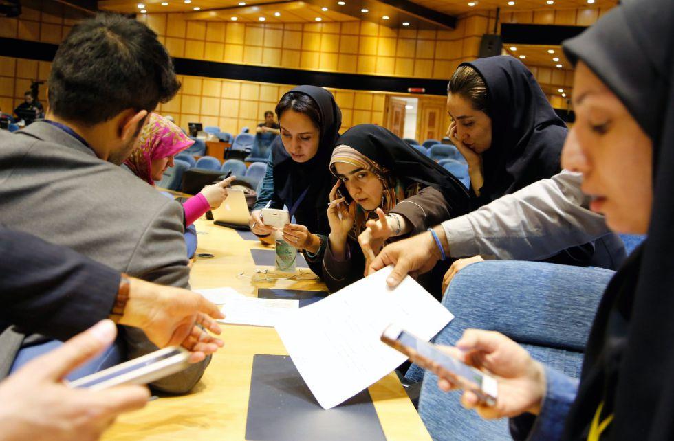 Varias periodistas esperan los resultados en el Ministerio el Interior.