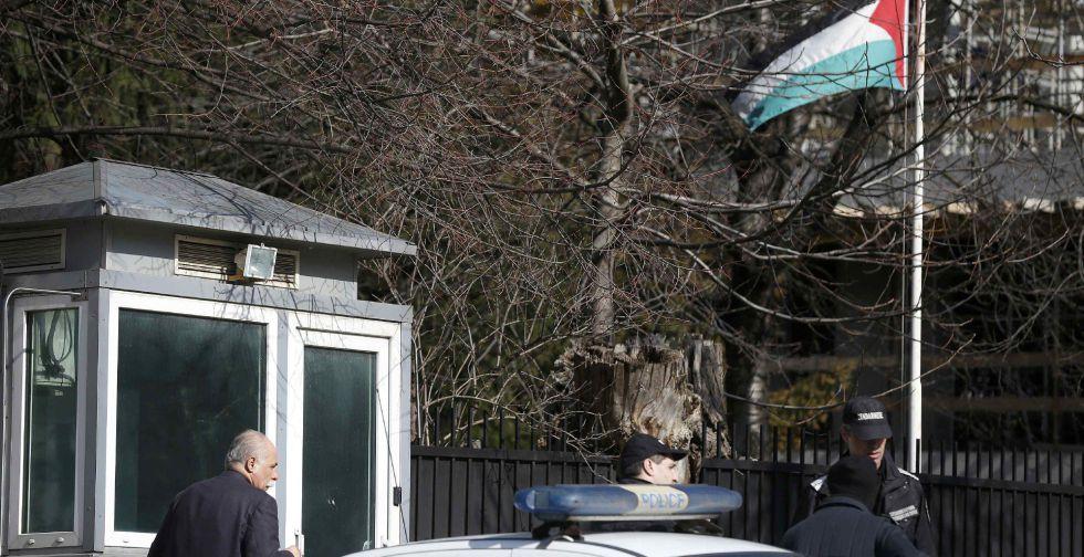 Agentes de la policía búlgara ante la Embajada palestina en Sofia.