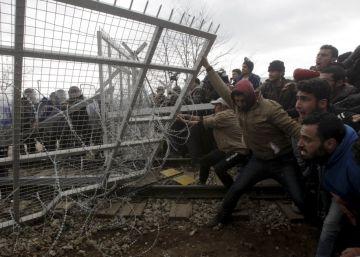 Los migrantes buscan romper el bloqueo de la frontera de Macedonia