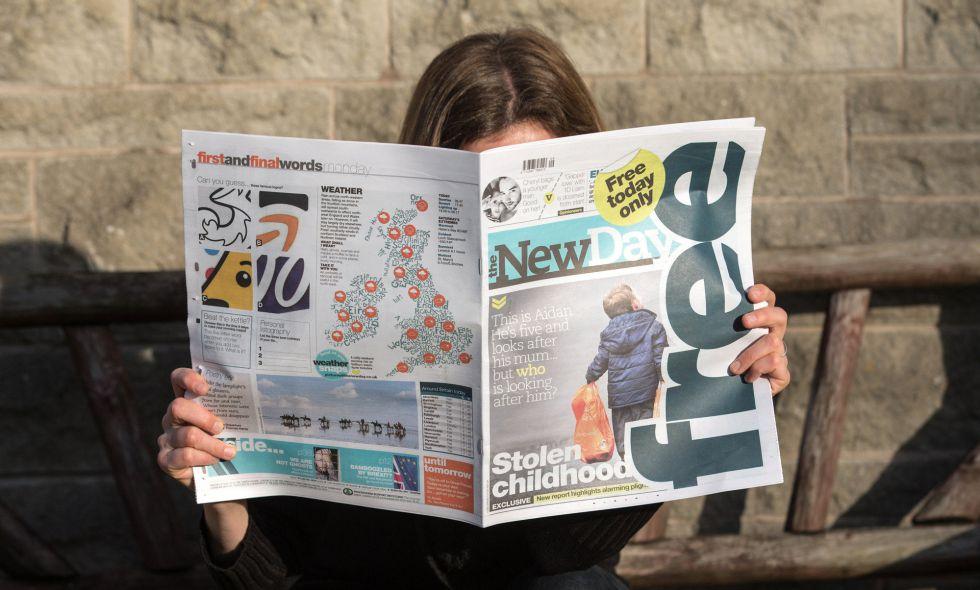 Una mujer lee el periódico 'The New Day', este lunes en Bristol.