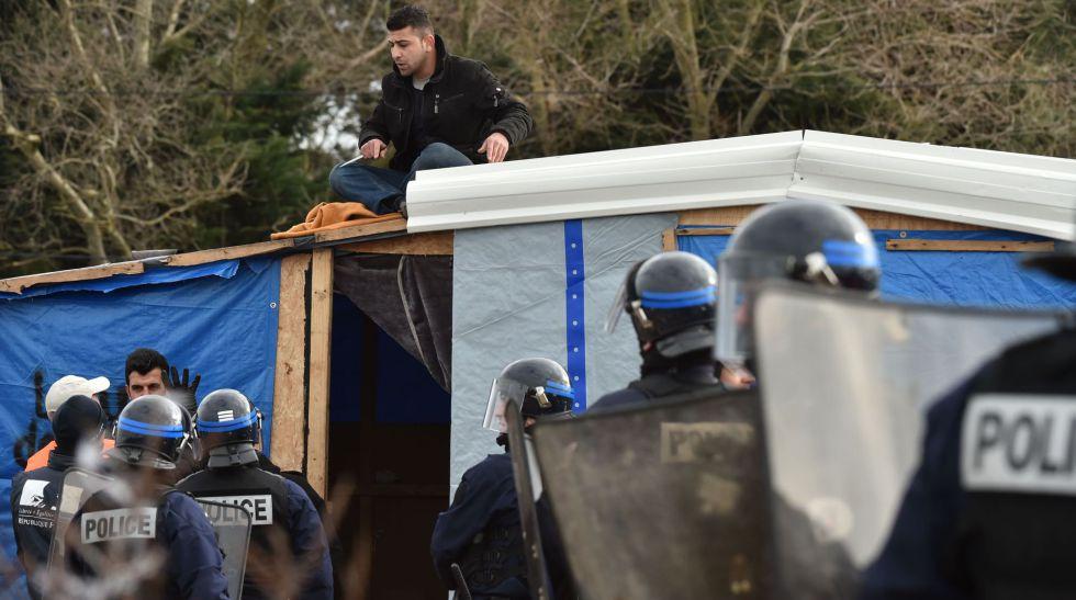 Un hombre se niega a dejar su chabola en Calais.