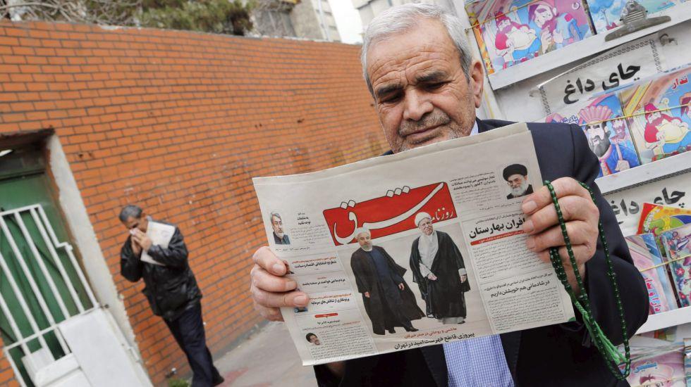 Un hombre lee en Teherán un diario.