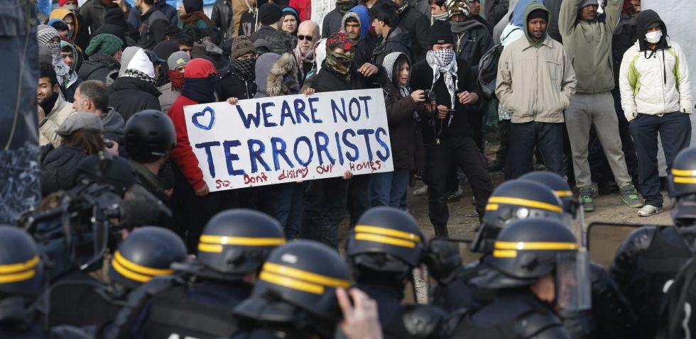 Miembros de la policía antidisturbios francesa, en el desmantelamiento de parte del campo de refugiados de Calais.