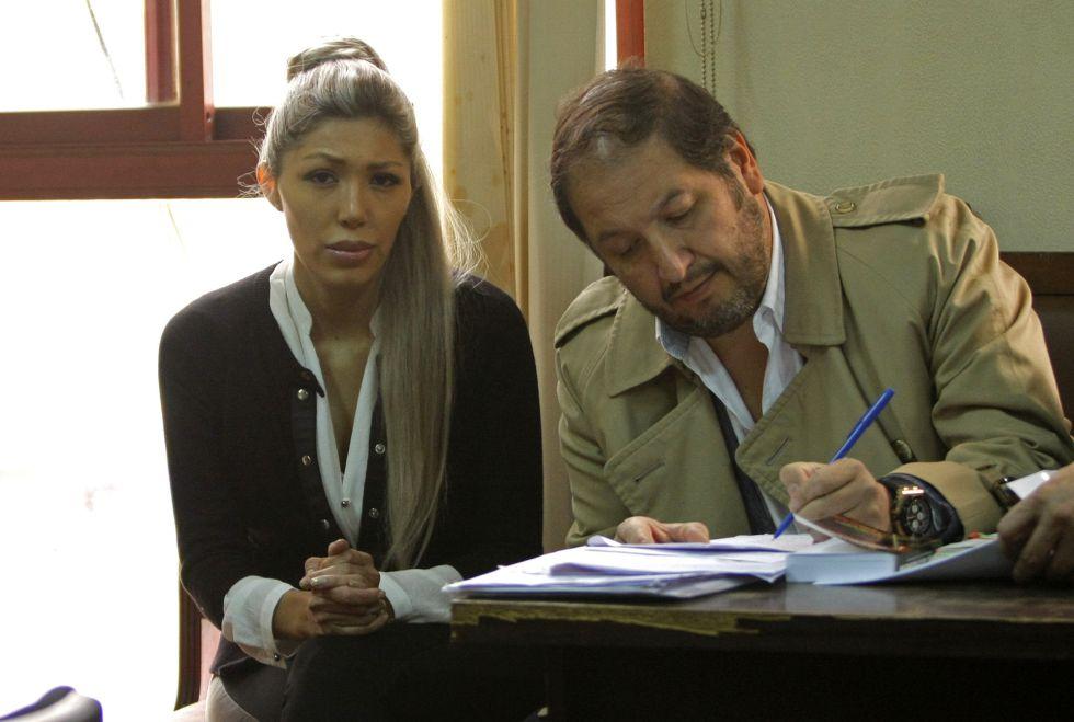 Gabriela Zapata, acompañada de su abogado Walter Zuleta.