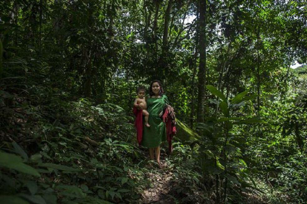 Una mujer y su hijo en la selva central peruana.