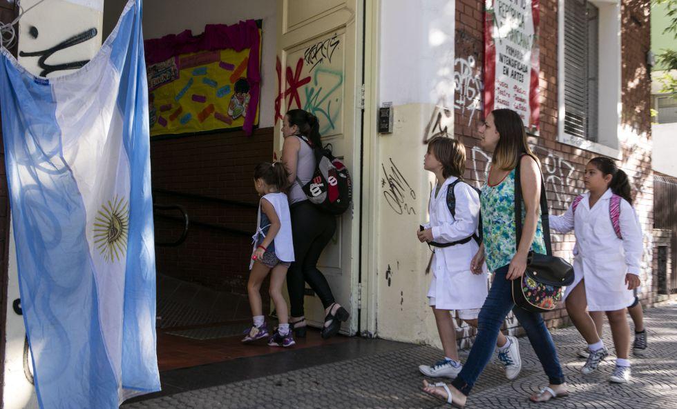 Alumnos de escuela primaria estatal ingresan al colegio en el comienzo del ciclo lectivo en la ciudad de Buenos Aires.