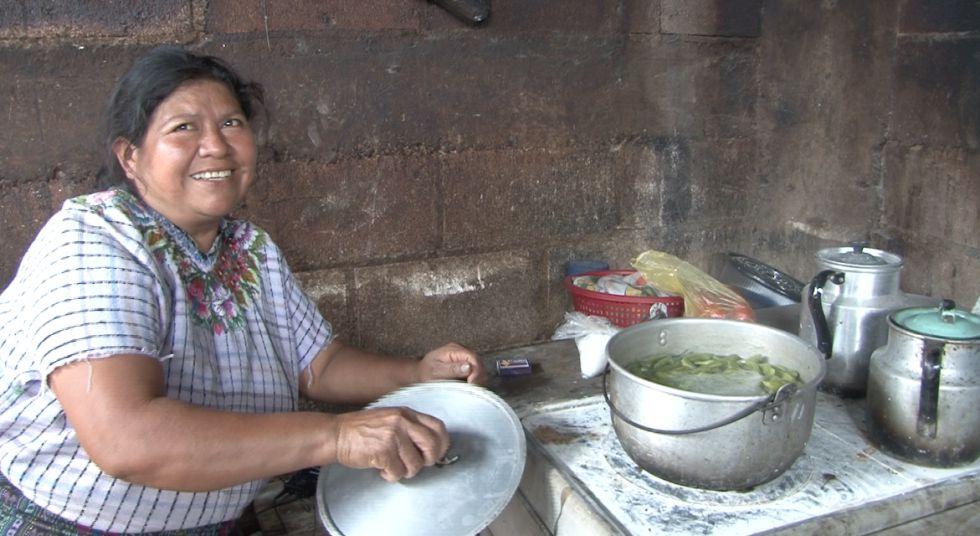 Una mujer cocina en estufa en Santiago de Atitlán, Guatemala.