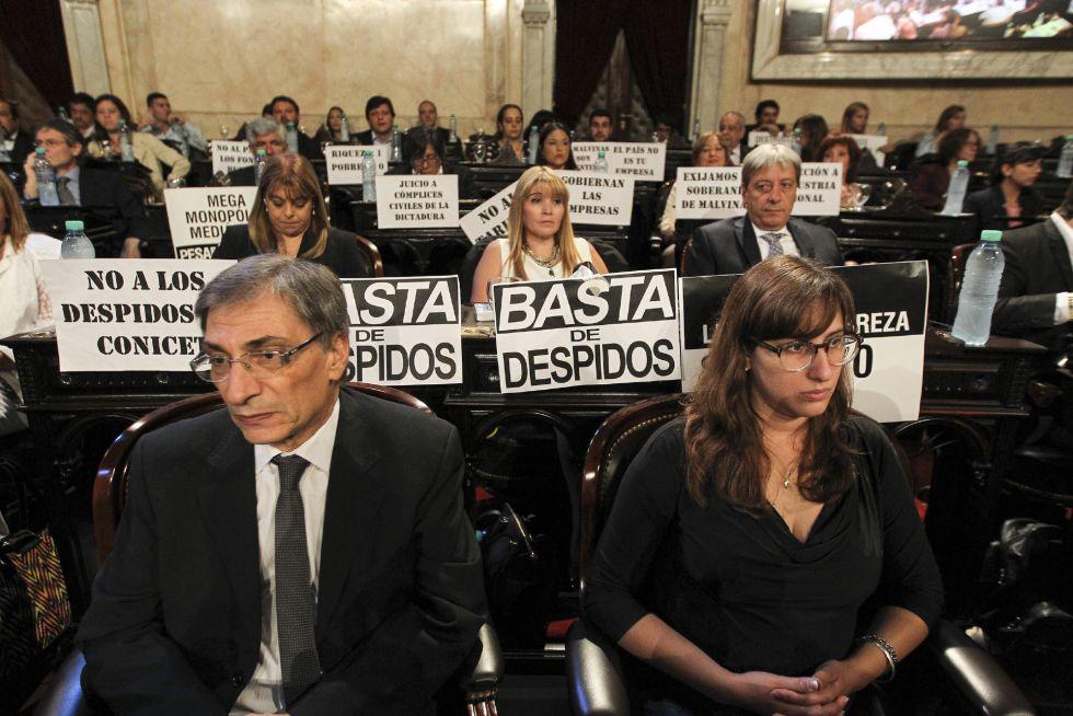 Diputados kirchneristas pusieron carteles críticos este martes en el Congreso para recibir al presidente de Argentina, Mauricio Macri.