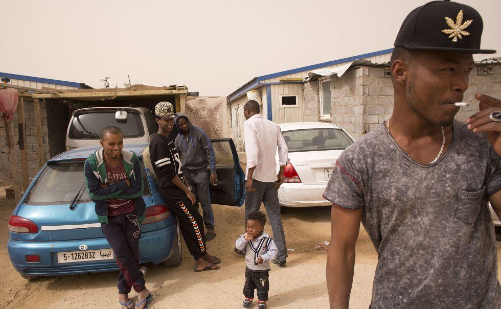 FOTOGALERÍA: Los gadafistas de Tahuerga.   Miembros de los tahuerga, en uno de los campos de Trípoli donde ahora viven como desplazados.