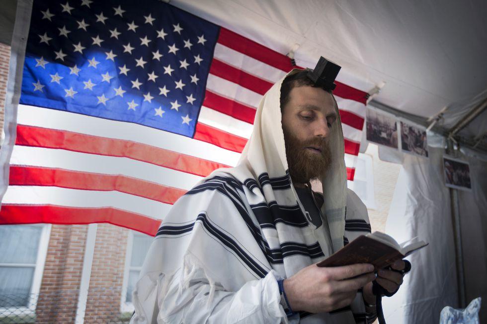 Un judío reza antes de correr el Maratón de Nueva York de 2015.