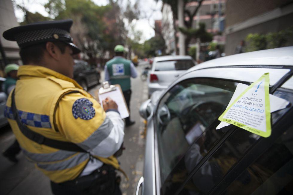 Un policía de tránsito redacta una infracción en la Ciudad de México