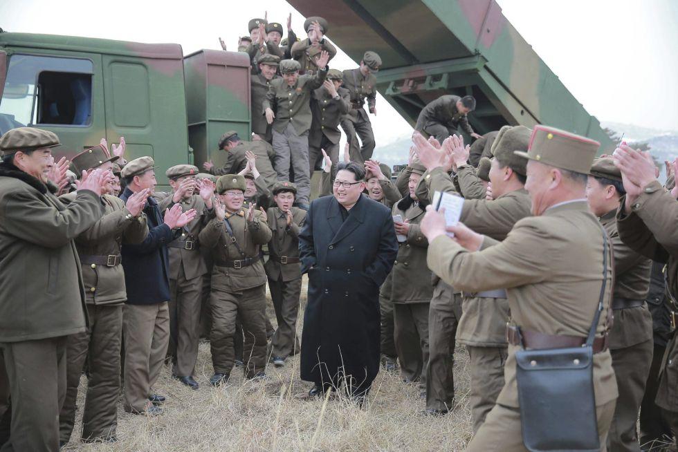 El líder Kim Jong Un durante las pruebas de lanzamiento de un nuevo sistema de lanzamisiles múltiple de largo calibre.
