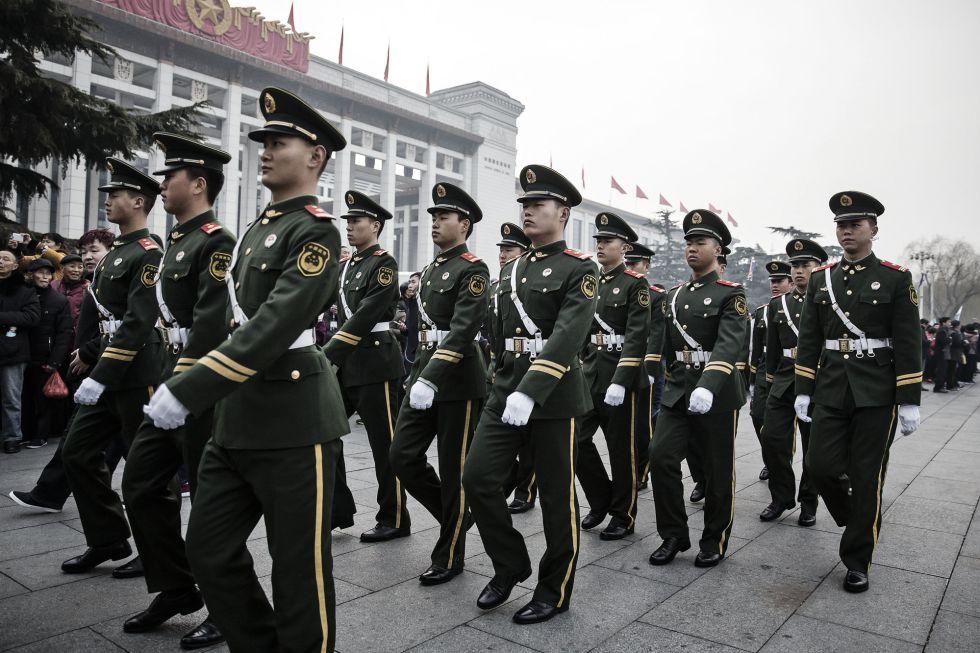 Varios soldados marchan por la plaza de Tiananmen, en Pekín, días antes de la apertura de la sesión anual de la Asamblea Nacional Popular (ANP).