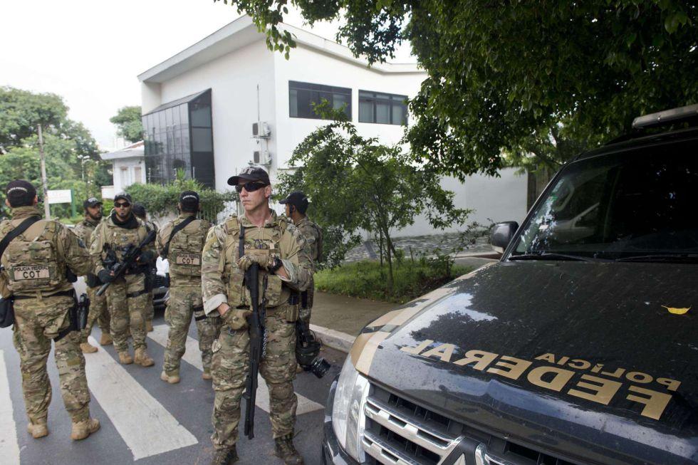 Policía en el exterior de la casa de Lula.