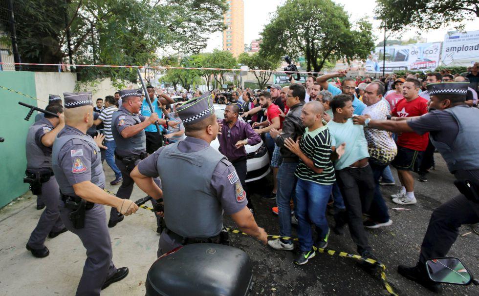 Partidarios de Lula se enfrentan a la Policía durante una protesta frente a la casa del exmandatario.