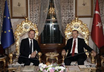 El presidente turco, Recep Tayyip Erdogan, (derecha) junto al presidente del Consejo Europeo, Donald Tusk, este viernes en Estambul.