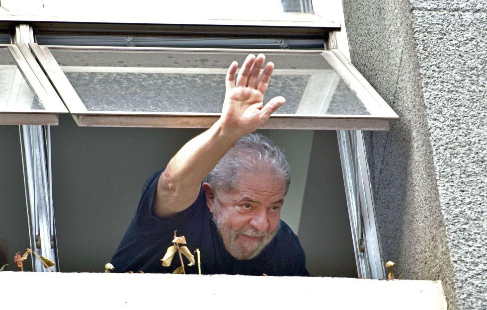 El expresidente Lula da Silva saluda a sus seguidores en la sede del Partido de los Trabajadores, este viernes en São Paulo.