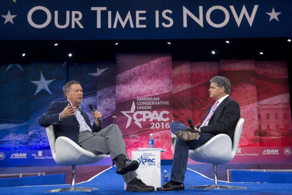 El gobernador de Ohio y candidato presidencial John Kasich (Izda.)