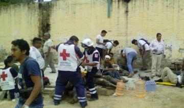 Los servicios de emergencia de Oaxaca atendiendo a los heridos.