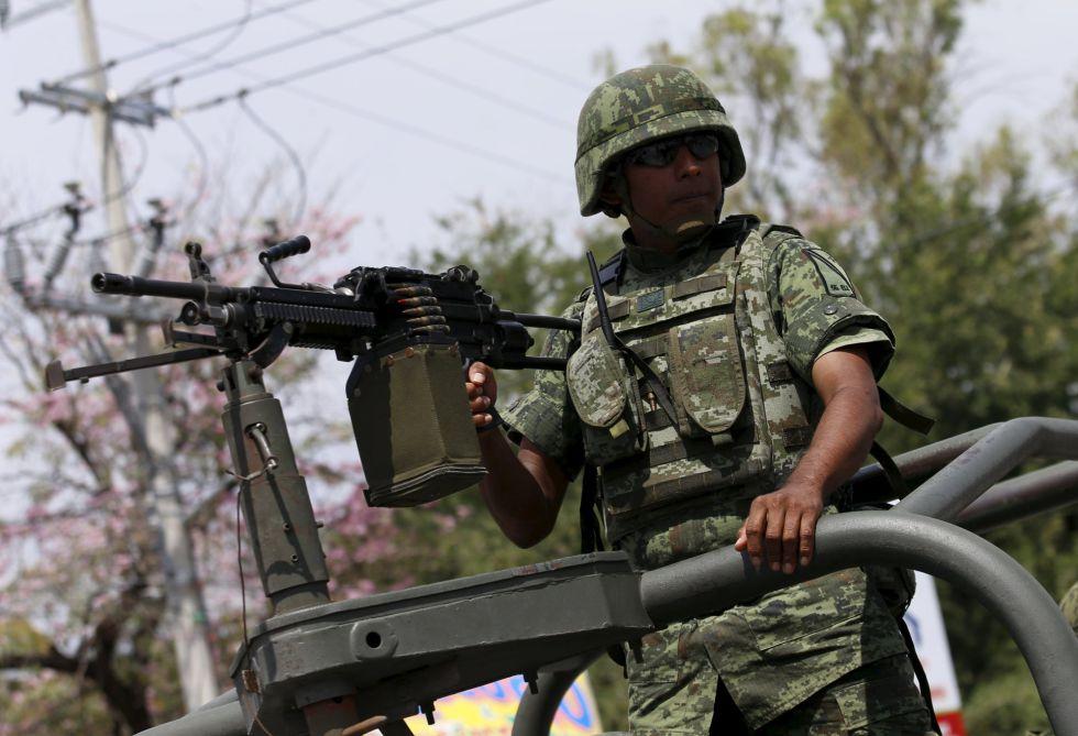 Un militar, durante el Día de la bandera en Iguala
