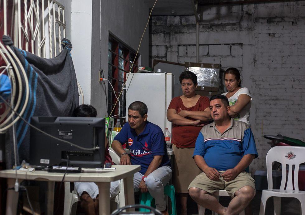 Familiares de los cinco desaparecidos en Tierra Blanca, frente al televisor.