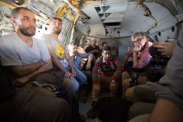 Un grupo de periodistas en el interior del helicóptero regresando de Sabrata hacia Trípoli.