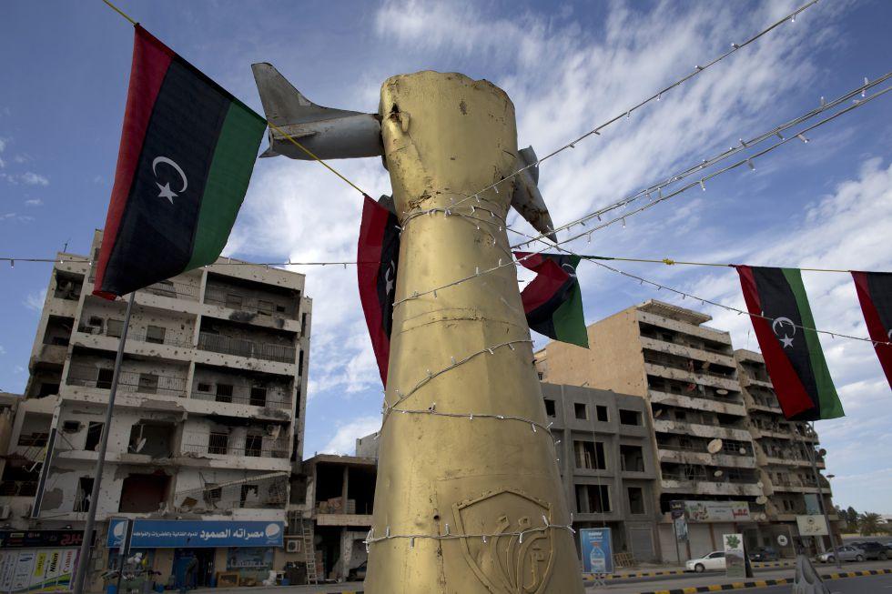 Símbolos gadafistas con edificios destrozados al fondo, en la avenida de Trípoli en Misrata.