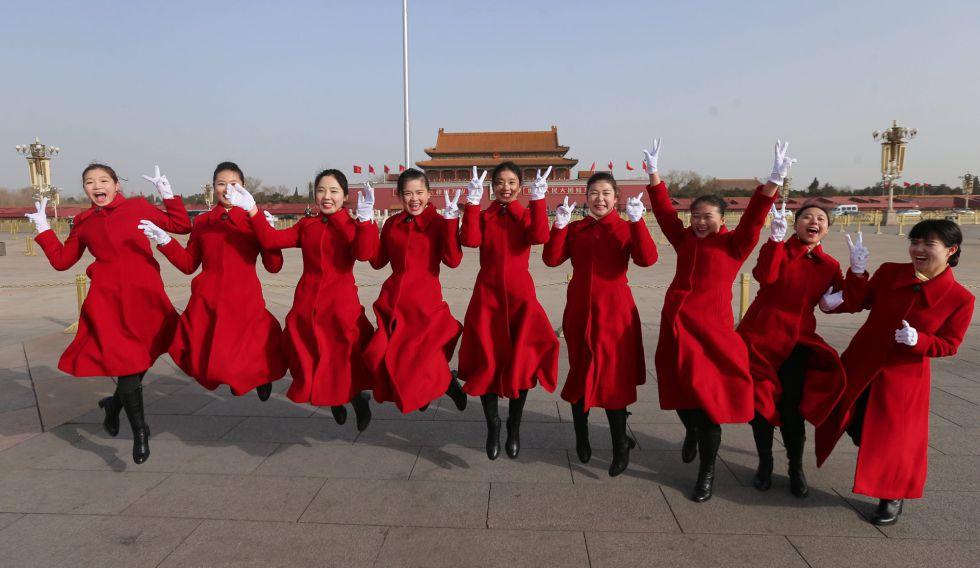Un grupo de azafatas del congreso anual del Partido Comunista Chino posan en la plaza de Tiananmen en Pekín.