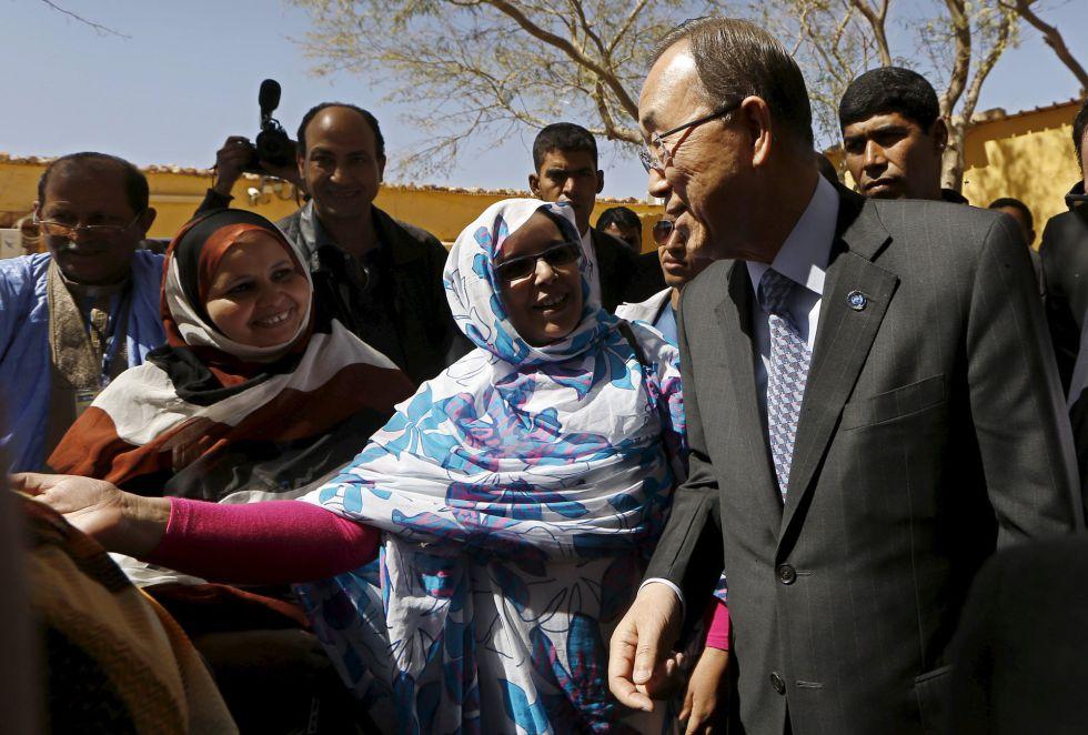 Ban Ki-moon escucha a una refugiada saharaui en el campo de refugiados de Sahrawi, en el sur de Argelia.