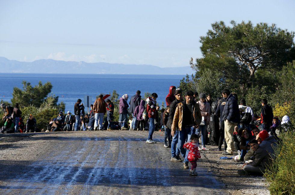 Refugiados sirios caminan por la ciudad turca de Dikili, enl a ocsta, el 5 de marzo.