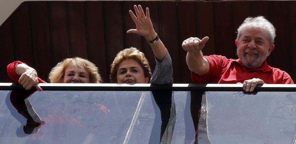 Lula, con Rousseff a su derecha, saluda desde su casa en Sao Bernardo do Campo.