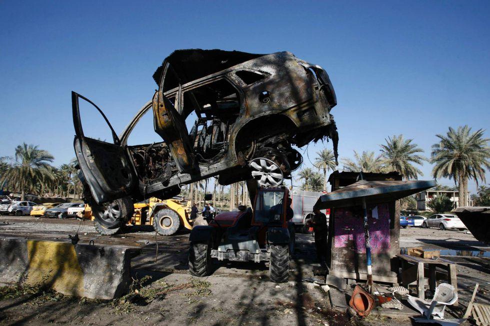 Restos del atentado contra un puesto de control en Al Hila, este domingo.