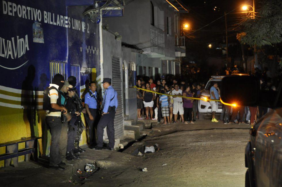 La policía nacional permanece afuera del billar tras el ataque armado.