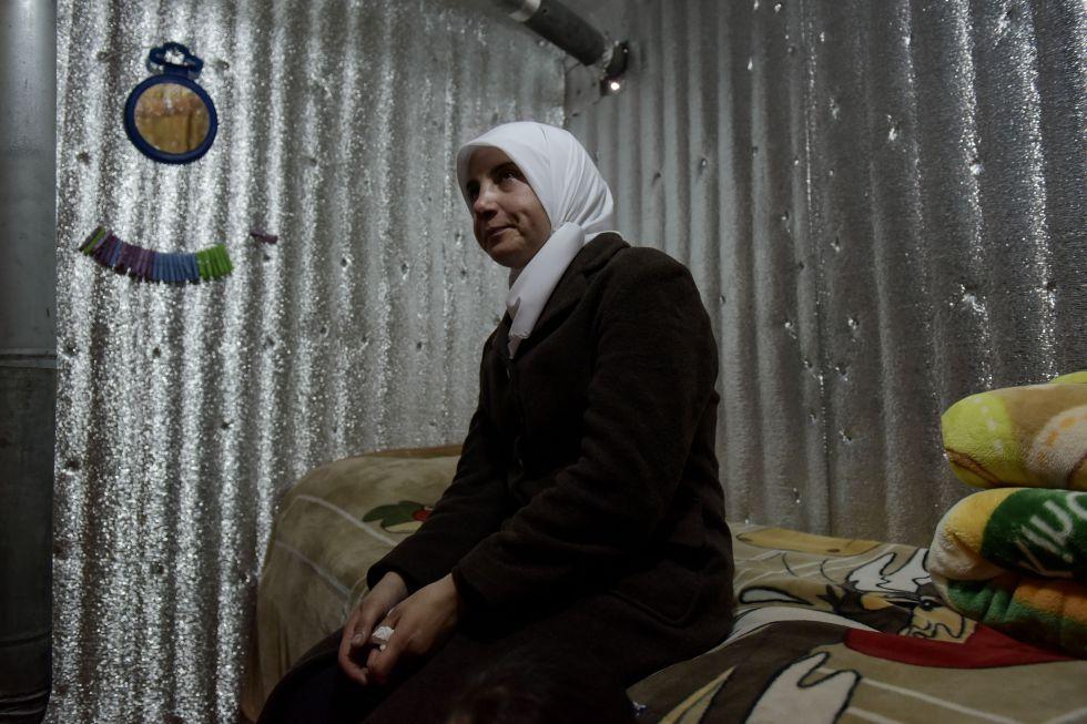 Iman Maatoa en la tienda del asentamiento del Valle de la Bekaa (Líbano) donde vive.