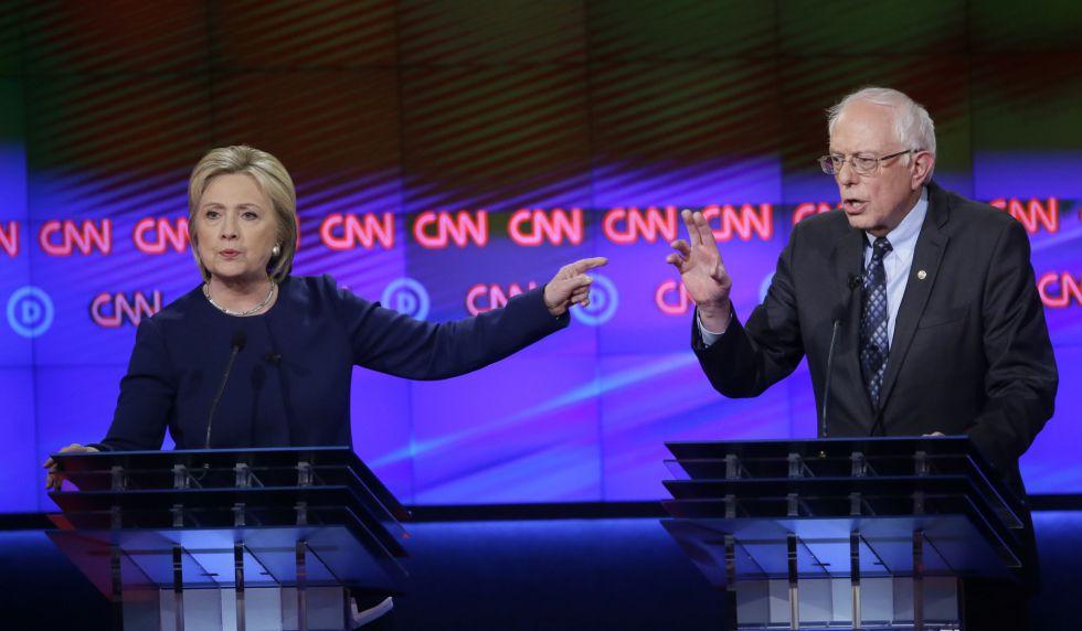 Los candidatos demócratas durante el debate en Flint.