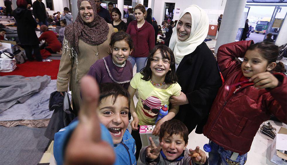 Latifa Qassem, con velo beis, junto a sus cinco hijos en el Puerto del Pireo.