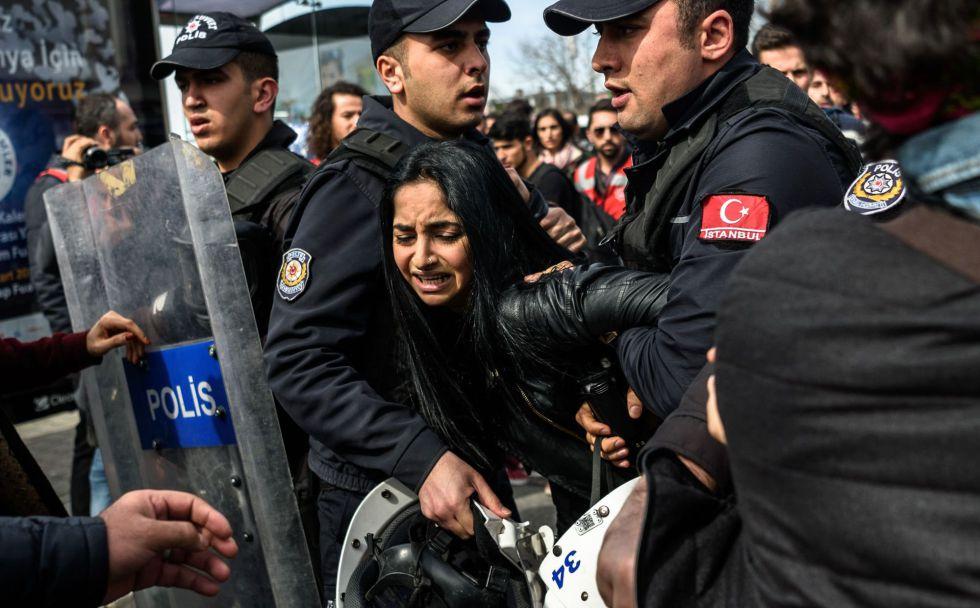 Policías antidisturbios detienen a una mujer durante una marcha en el distrito estambulí de Kadiköy para conmemorar el Día Internacional de la Mujer, el pasado domingo.