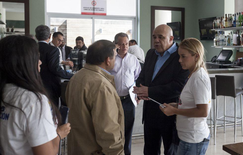 La esposa del opositor Leopoldo López, Lilian Tintori, este martes junto al secretario general de la MUD, Jesús Torrealba, en Caracas.