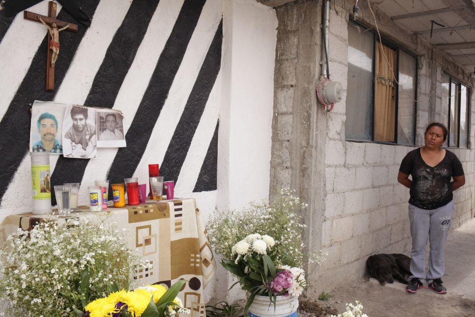 El altar que ha levantado Carmen en honor a tres de los ladrones asesinados en las Lomas de San Miguel, en Puebla