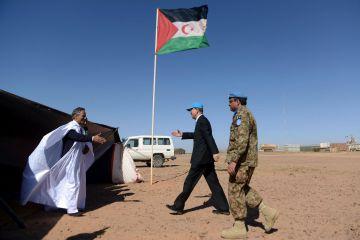 El secretario general de la ONU, Ban Ki-moon (centro) saluda a Ahmed Boukhari (L), representante del Frente Polisario ante Naciones Unidas, el sábado en el campo de Bir-Lahlou, en el Sáhara Occidental.