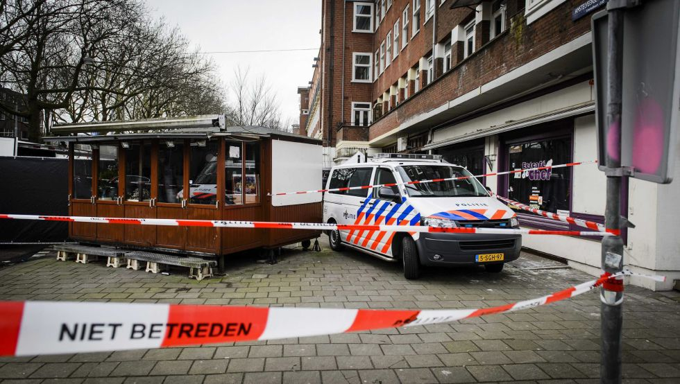 La policía investiga el lugar donde se han localizado una cabeza humana en el distrito de Amstelveenseweg en Amsterdam.