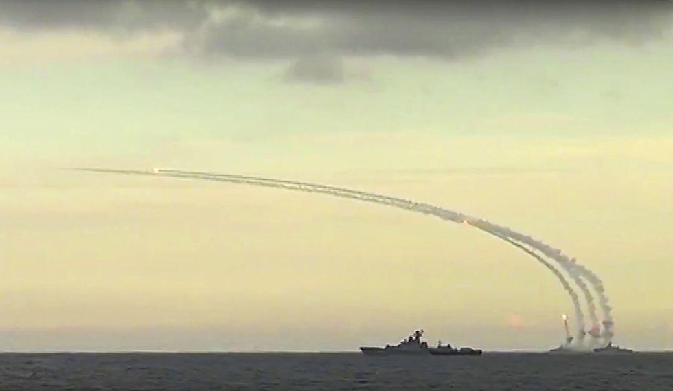 Imagen tomada de un vídeo del Ministerio de Defensa ruso del lanzamiento en el mar Caspio de un misil hacia Siria, el 20 de noviembrew de 2015