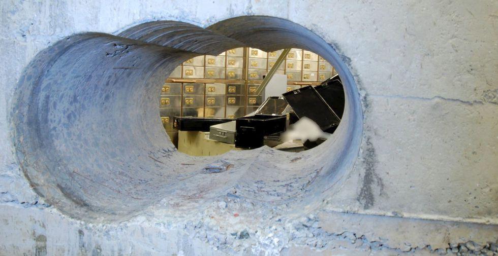 El agujero por el que los ladrones accedieron al botín.