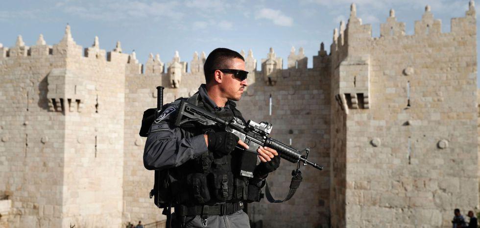 Un policía israelí monta guardia ante la puerta de Damasco en Jerusalén.