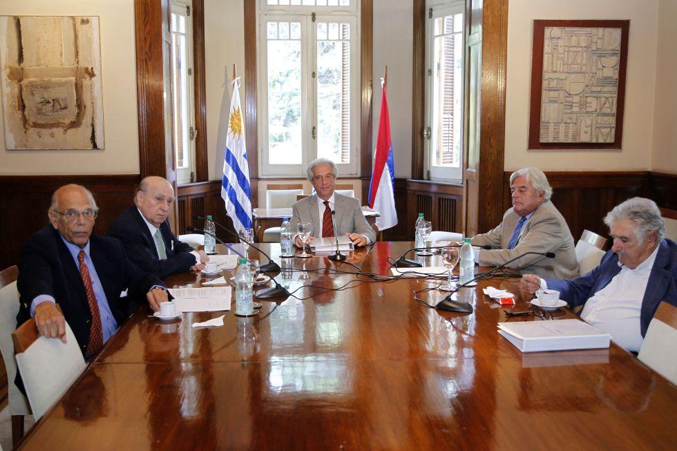 De izquierda a derecha, Jorge Batlle, Julio Mario Sanguinetti, Tabaré Vázquez, Luis Alberto Lacalle y José Mujica, el pasado martes.